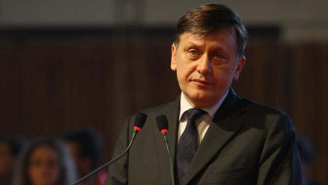 Antonescu ii ataca pe Basescu si Ponta