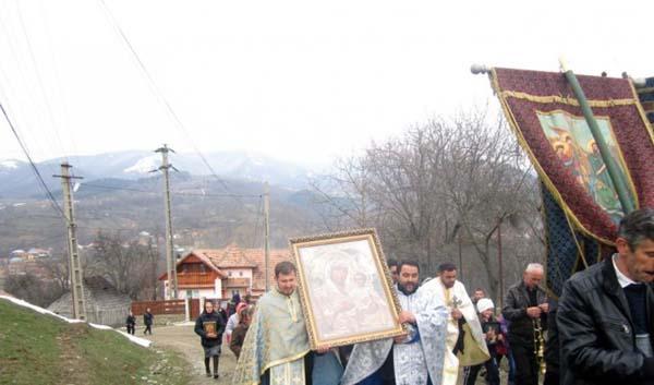 Procesiune in comuna Boisoara din judetul Valcea