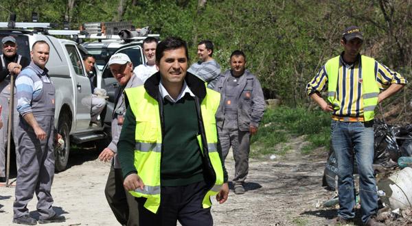 Angajatii CEZ Distributie au curatat o zona forestiera, marcand astfel Luna Curateniei in Ramnicu Valcea