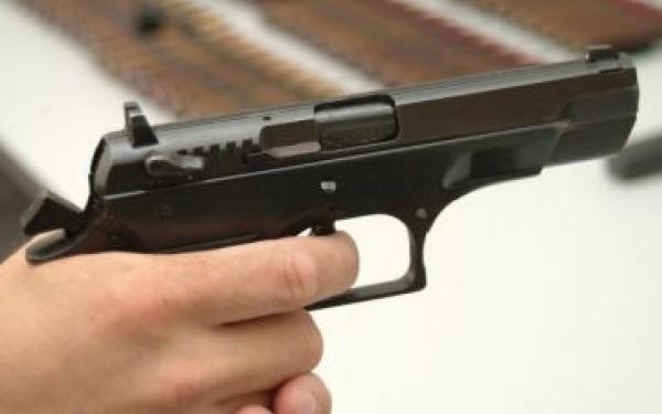 Jaf cu pistolul pentru doi litri de tuica
