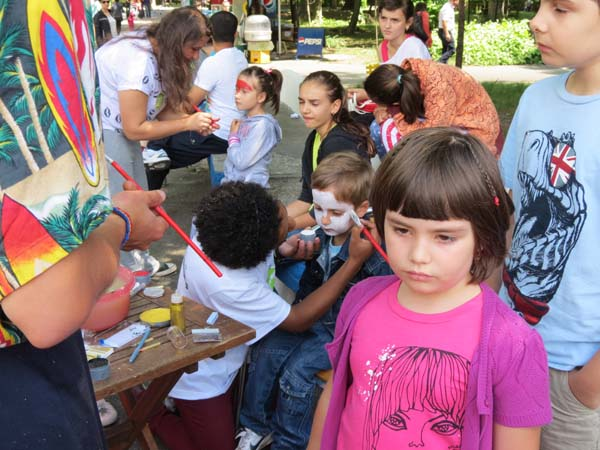 Voluntarii straini au incantat copiii de ziua lor