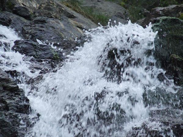 Cascada Lotrisor  – spectacolul naturii din Masivul Naratu