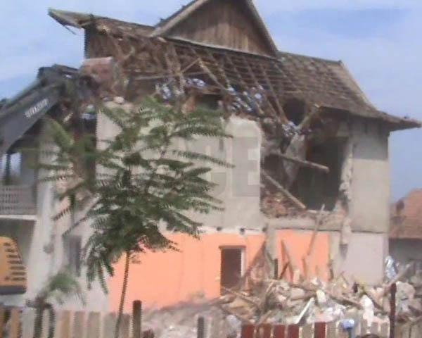 O familie de rromi cu 19 copii, lasata pe drumuri de magistratii valceni
