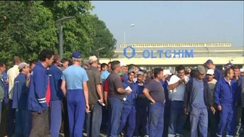 Aproximativ o sută de angajaţi ai Oltchim Râmnicu Vâlcea pretestează faţă de neplata salariilor