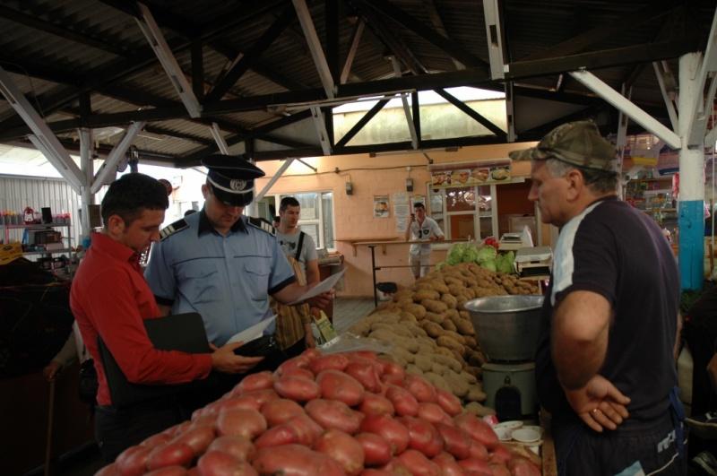 Controale la comercianţii din pieţele agroalimentare şi târgurile săptămânale din Piaţa Centrală