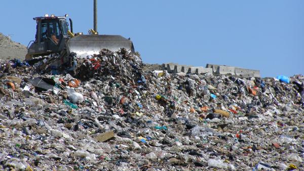 """Primăriile din Gorj """"exportă"""" gunoiul în alte judeţe"""