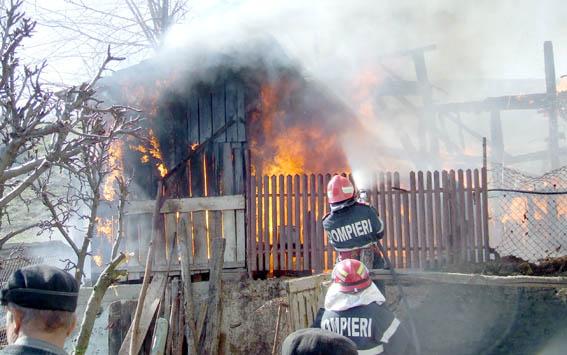 Mehedinţi: O fetiţă de 10 ani s-a ars încercând să stingă un incendiu