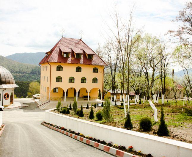 10 biserici şi mânăstiri într-o singură comună şi doar şapte spitale în întreg judeţul