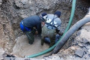 Au fost curăţate gurile de scurgere şi căminele de canalizare în mai multe zone din municipiul Râmnicu Vâlcea