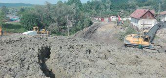 ALUNU –  Emiterea a trei ordine de evacuare și relocarea temporară a 33 de persoane. Alunecarea de teren a afectat peste 60 de ha, masele de pământ ajungând la o distanță de 80 de metri de albia râului Olteț.