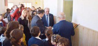 Primarul orașului a tăiat panglica la inaugurarea unor toalete dintr-o școală