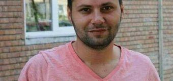 Un tânăr intră în greva foamei în fața Parchetului Vâlcea