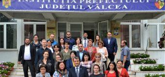 La Prefectura Vâlcea, discuții privind implementarea strategiilor de incluziune a grupurilor marginalizate
