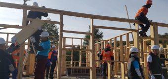 Voluntari precum: Grig Chiroiu, Alina Dumitru, Adelin Petrișor participă la construcția a 10 case în 5 zile la Vaideeni….