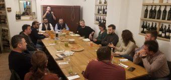 """Asociația """"Mișcăm Vâlcea"""" caută soluții ca tinerii plecați în Sibiu să revină în Vâlcea pentru…"""